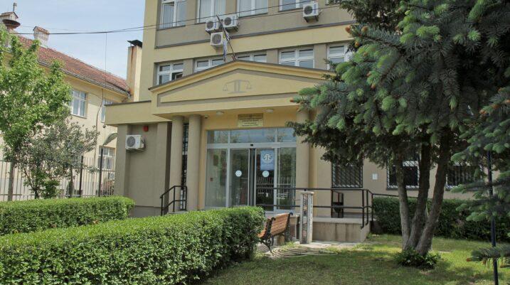 Suharekë: Mungon i pandehuri, shtyhet gjykimi për vjedhje të shërbimeve komunale