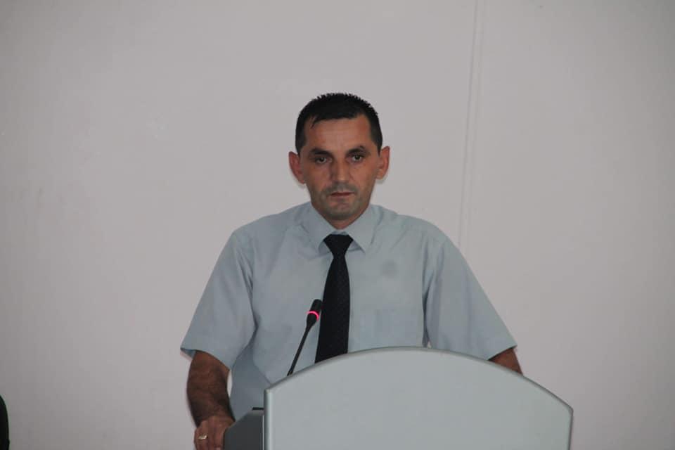 Shefi i grupit të AAK-së, Aziz Bytyqi kërkon ndryshimin e vendit dhe bustit të heroit Fadil Vata