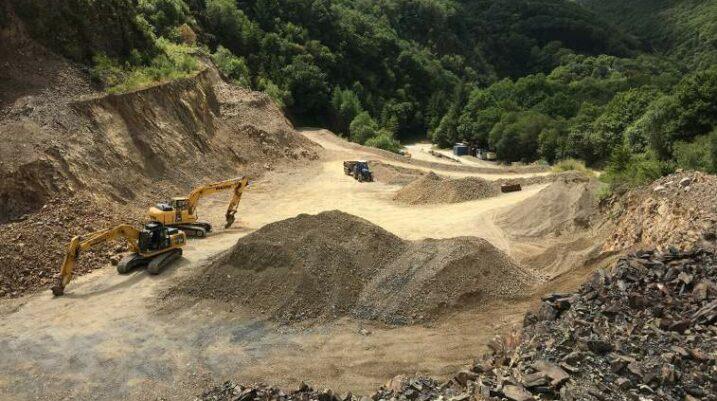 """Në Gjakovë protestohet për mbrojtjen e natyrës nga gurthyesit, Suhareka """"jepë"""" tokë me hektarë!"""
