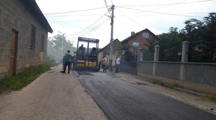 Vazhdojnë punimet në sanimin e gropave dhe rregullimin e rrugës në fshatin Tërrnje