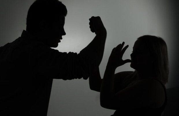 Prokuroria dyshon se bashkëshorti e hodhi gruan nga vetura në Suharekë