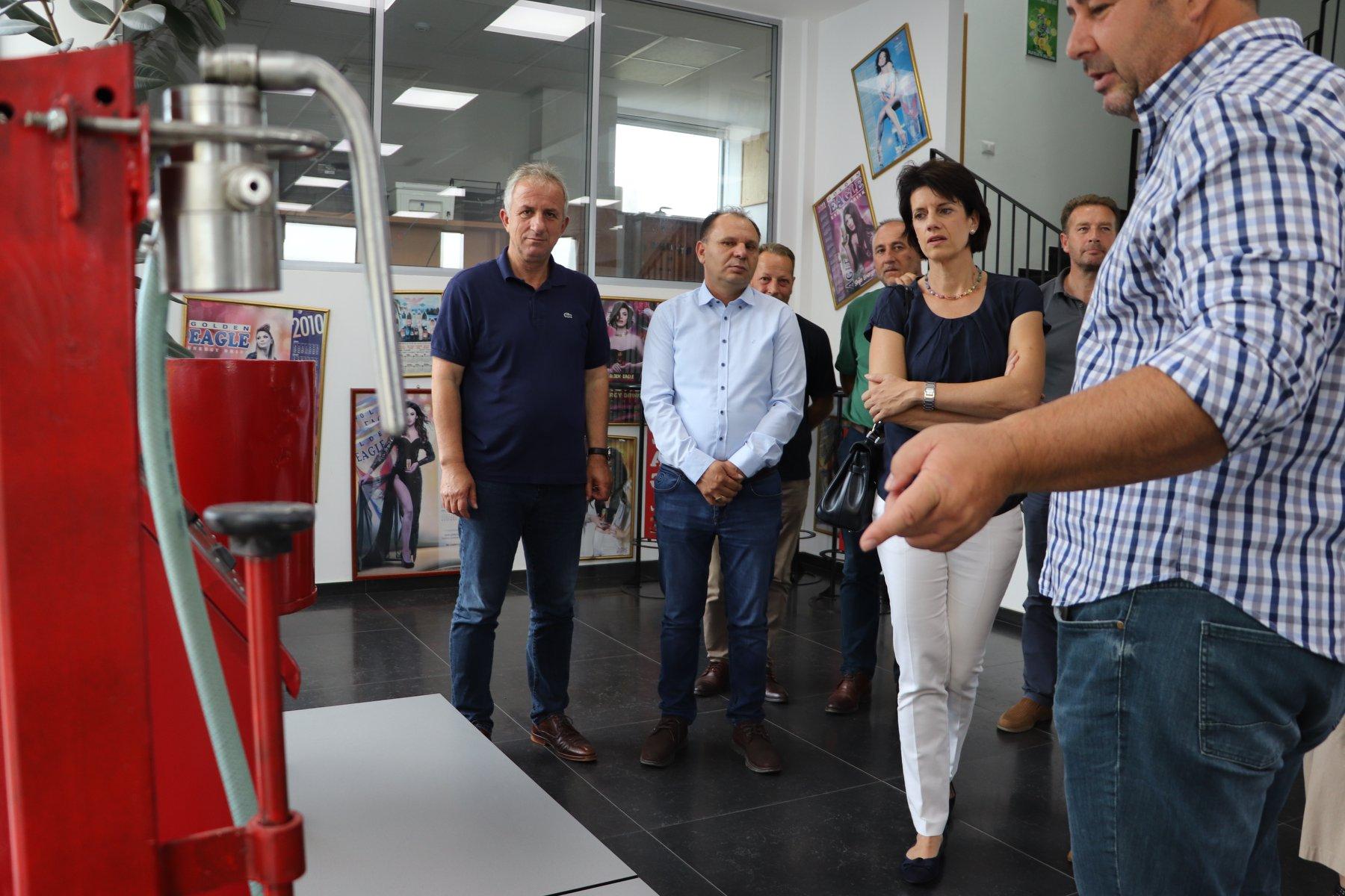 """Kryetarja e Fellbahut të Gjermanisë dhe Kryetari Muharremaj vizitojnë kompaninë """"Frutex"""""""