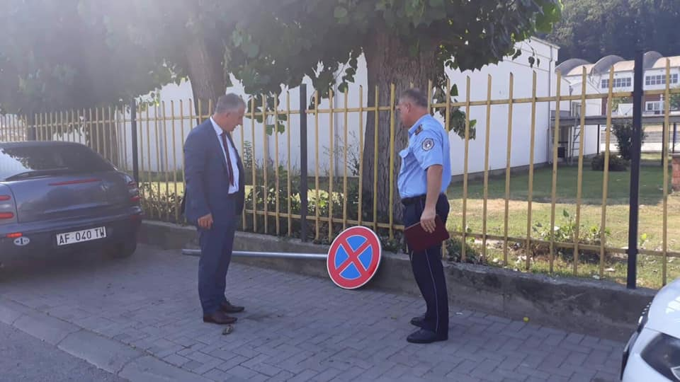 Dëmtohen qëllimshëm shenjat e komunikacionit në Suharekë