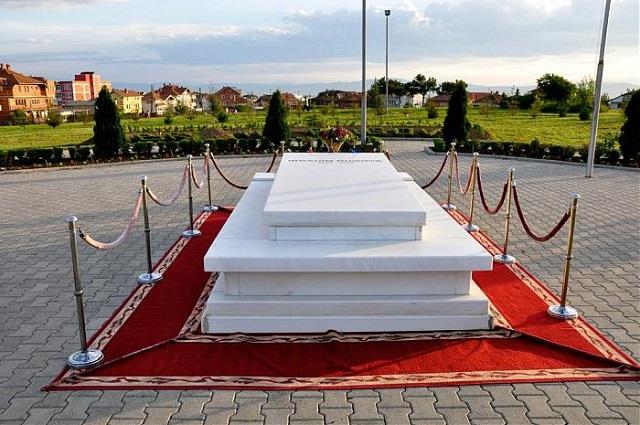 """LDK """"insiston"""": Albin Kurti të përkulet para varrit të Ibrahim Rugovës"""