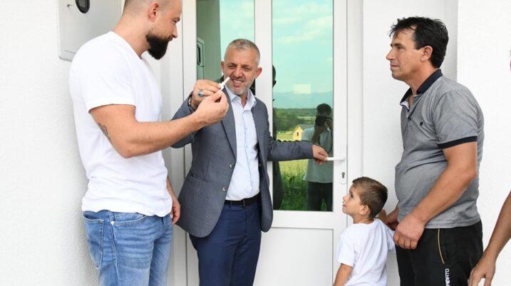 Studençan: Biznesmeni nga Zvicra dhuron shtëpi për një familje