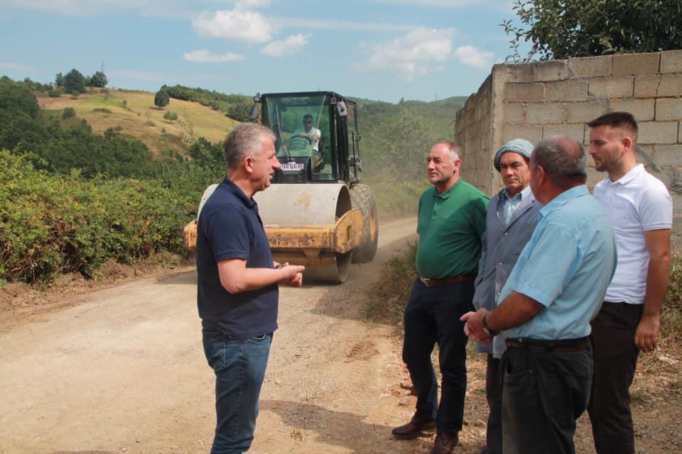 Vazhdon rregullimi infrastrukturës në rrugët lokale në Dragaqinë të Suharekës