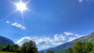 Java fillon me diell dhe vranësira, temperaturat deri në 18°C