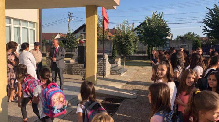 Muharremaj uron nxënësit për vitin e ri shkollor