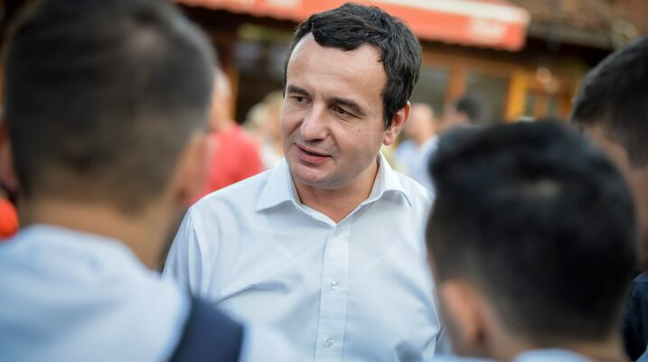 Albin Kurti nënshkruan zotimin për qeveri me maksimumin 15 ministri