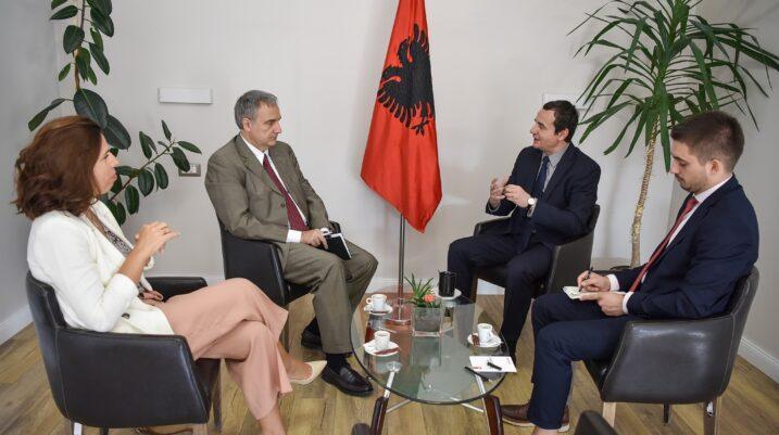 Ambasadorët nuk ia lëshojnë derën Albin Kurtit