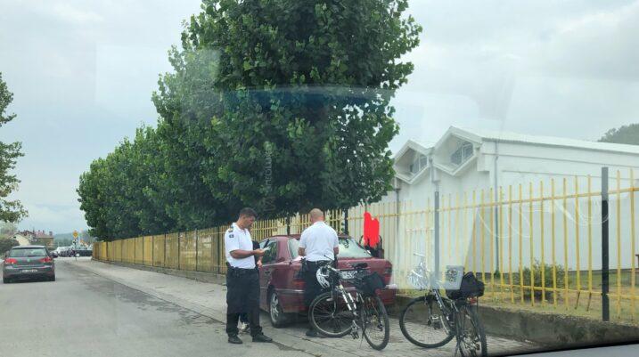 """Njësiti i biçiklistëve të policisë """"pastron"""" trotuaret në Suharekë"""