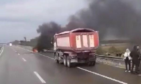 """[VIDEO] Digjet një veturë në autostradën """"Ibrahim Rugova"""""""