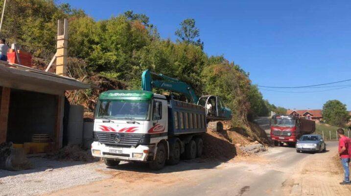 Pas rrëshqitjes së dheut në fshatin Semetisht, tani po bëhet largimi i tij nga rruga