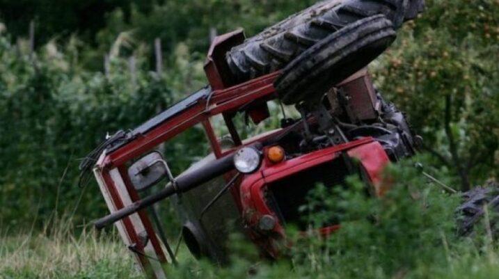 Suharekë: Vdes drejtuesi i traktorit pasi goditet nga rimorkio