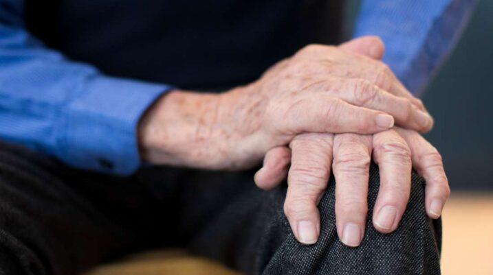 Çfarë e shkakton dridhjen e duarve?