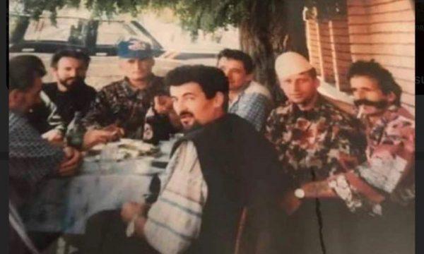 Foto e rrallë e Adem Jasharit me shokët e UÇK'së në Peqan të Suharekës