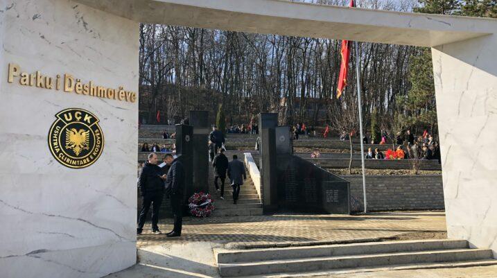 Me homazhe te Parku i Dëshmorëve, qytetarë të shumtë kujtojnë sakrificën e të rënëve për liri