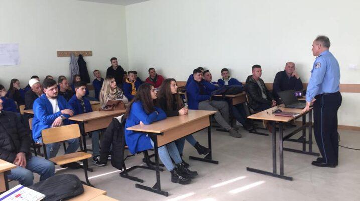 """Policia në SHMP """"Abdyl Rama"""" në Shirokë mban ligjërata në kuadër të projektit 'Siguria në Shkollë'"""