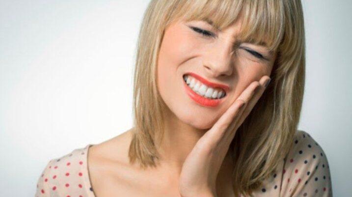 Pesë dhimbje shqetësuese që ju bëjnë të mendoni se keni probleme me dhëmbët