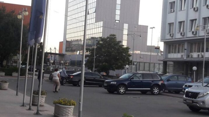 Qeveria Kurti merr vendim, lejon shfrytëzimin e veturave zyrtare edhe pas orarit