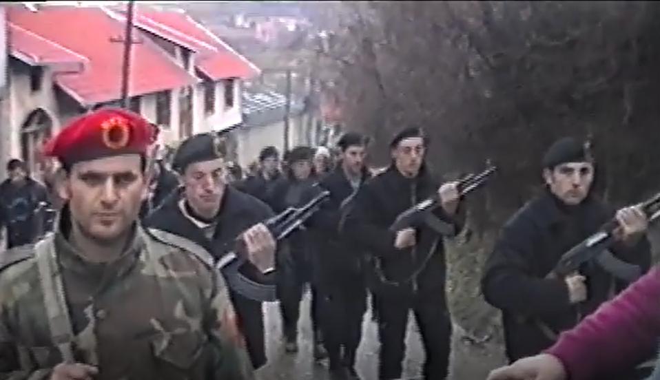 """[VIDEO] 8 shkurt 1999, Komandant Milazim Kiqina i prin """"Gardës së Nderit"""" të UÇK'së në fshatin Peqan"""