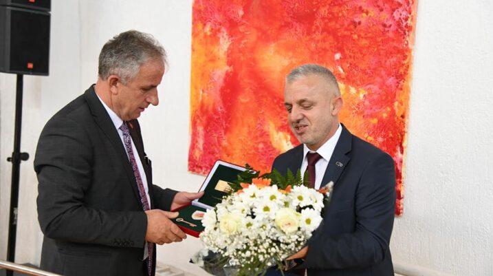"""Humanisti Halil Kastrati shpallet """"Qytetar Nderi"""" i Komunës së Suharekës"""