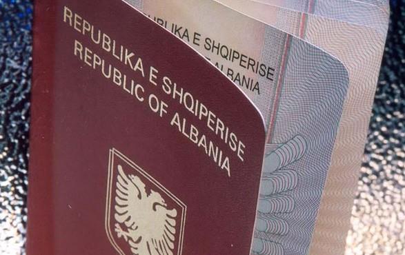 Nuk i presin vizat, qytetarë e politikanë kosovar pajisen me Pasaportë Shqiptare