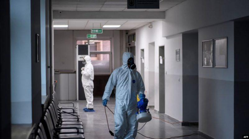 Vdes një 32-vjeçar në Spitalin e Pejës, po priste rezultatin e testit për COVID-19