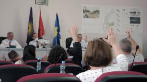 Nëntë asambleist të Suharekës marrin nga dy rroga nga institucionet publike