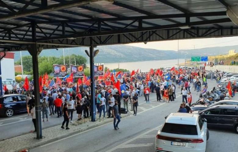 Presidenti Thaçi mbërrin në Kosovë, pritet nga shumë qytetarë