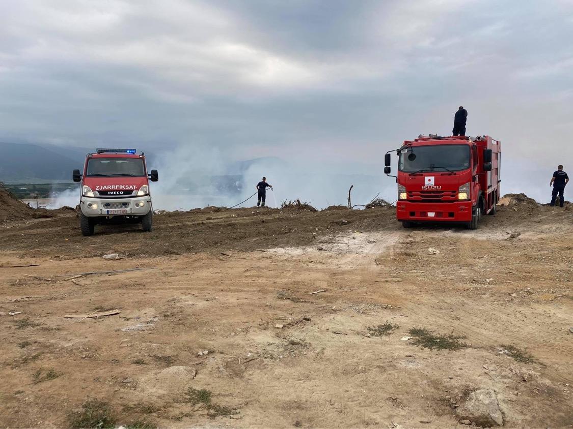 Kompania përgjegjëse dhe zjarrfikësit lokalizojnë zjarrin në deponinë e mbeturinave në Shirokë