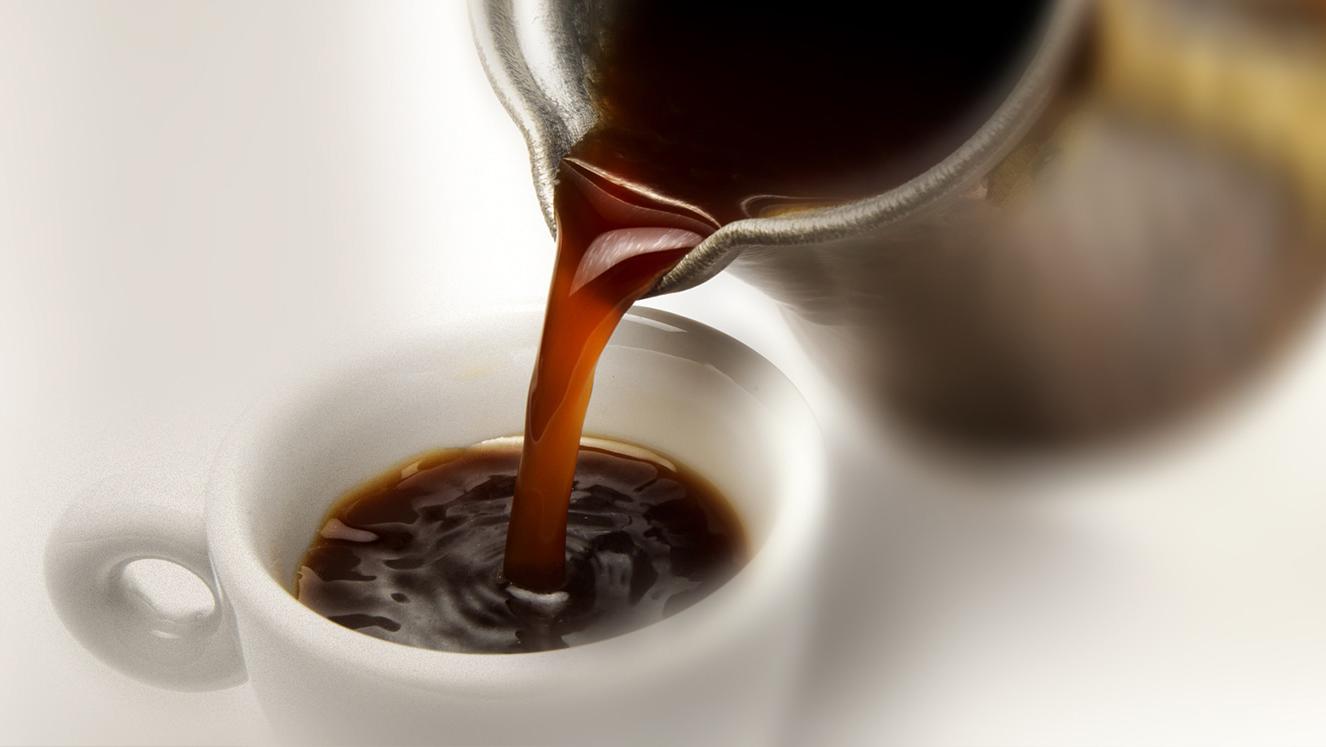 Çfarë i ndodh trupit kur pini kafe në lukth të zbrazët