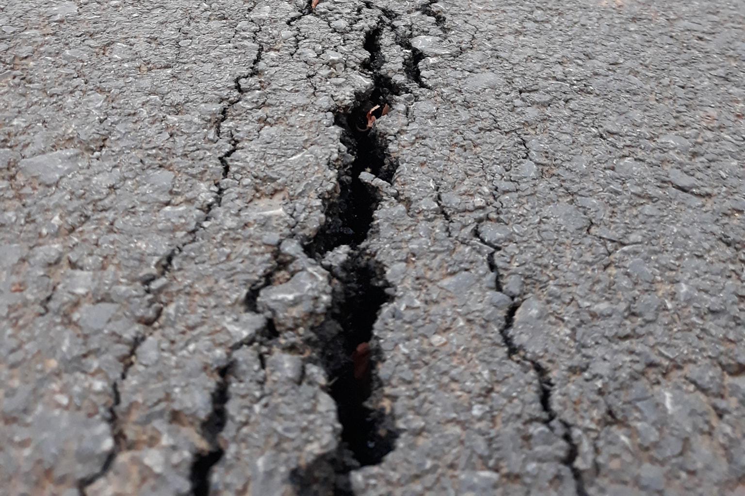 """Ende pa i bërë 9 muaj, nuk """"mbijeton"""" asfallti në rrugën Peqan-Semetisht"""