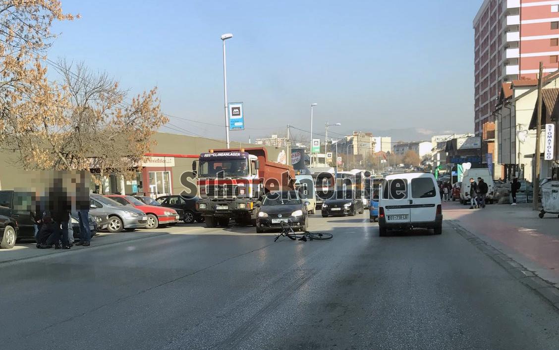Aksident trafiku në hyrje të Suharekës, vetura godet një çiklist