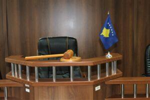 Deponuan 200 euro të falsifikuara në një bankë në Suharekë, 1 muaj arrest shtëpiak për 2 të pandehurve