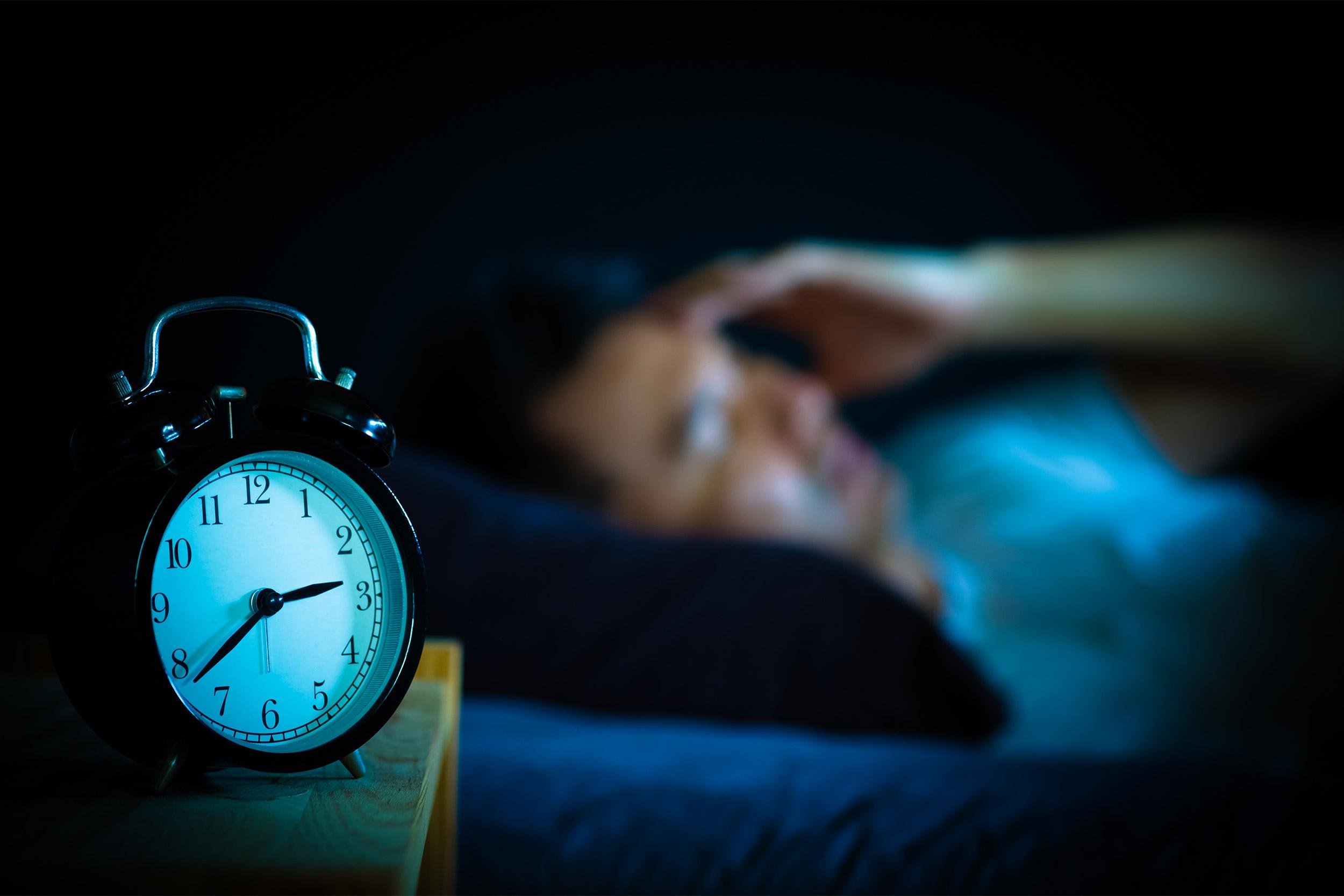 Oraret e gjumit – Si ndikojnë në tretjen e ushqimit dhe shëndetin e stomakut