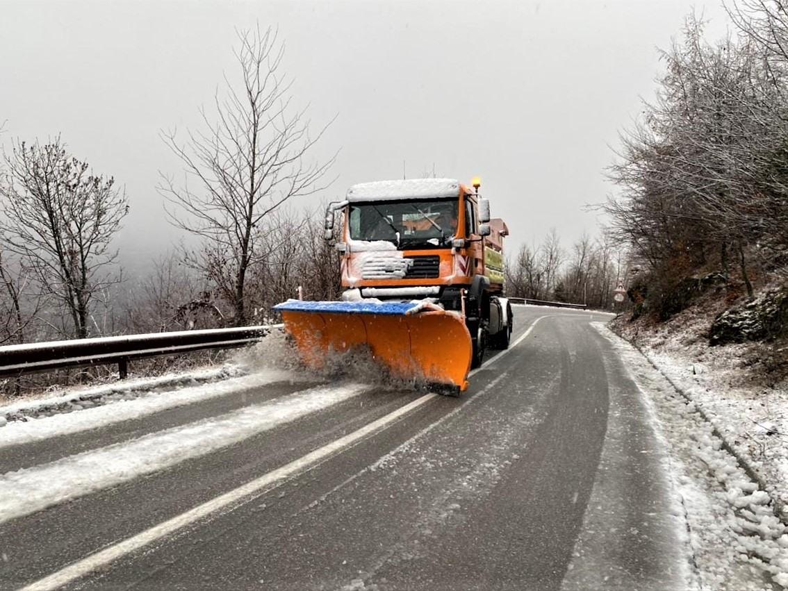 Reshjet e borës, kjo është gjendja e rrugëve, ministri i infrastrukturës ka një lutje për ngasësit