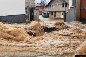 Dëmet nga vërshimet, komuna ndan rreth 70 mijë euro, pritet asfaltimi i rrugës në Peqan