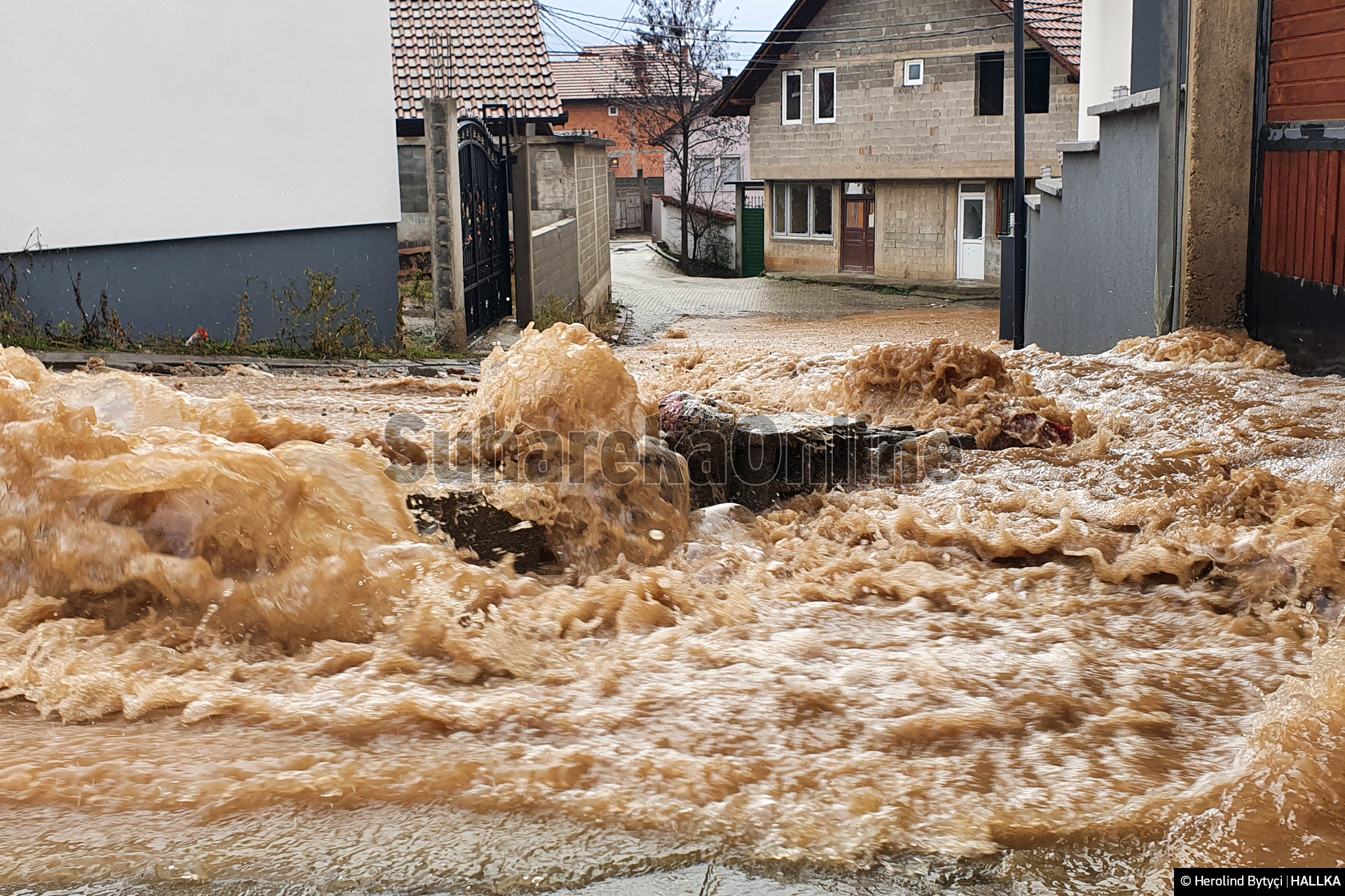 [VIDEO] Reshjet e shumta të shiut, vërshohet fshati Peqan