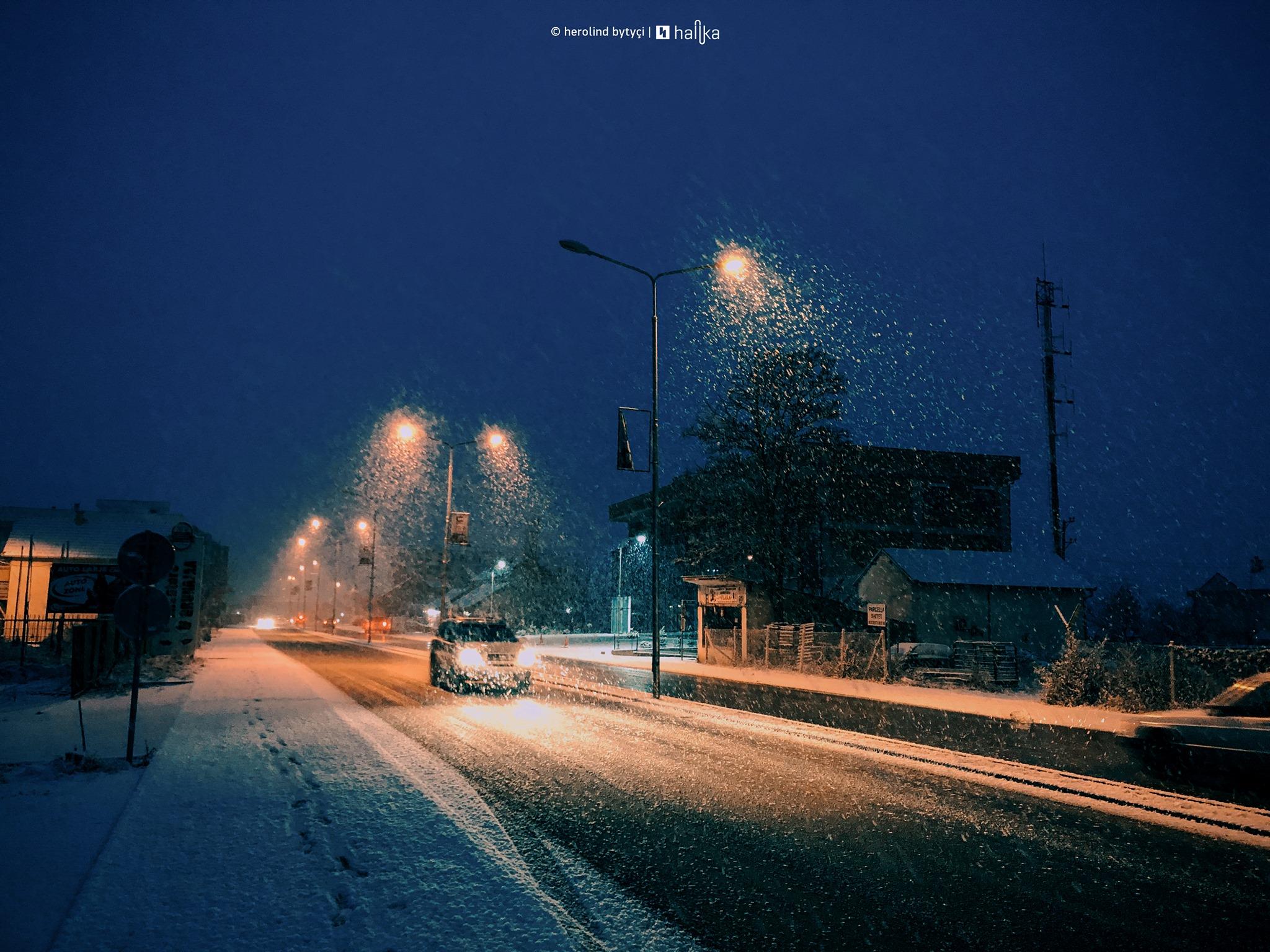 Mot i ftohtë edhe të enjten, vazhdojnë reshjet e shiut e borës