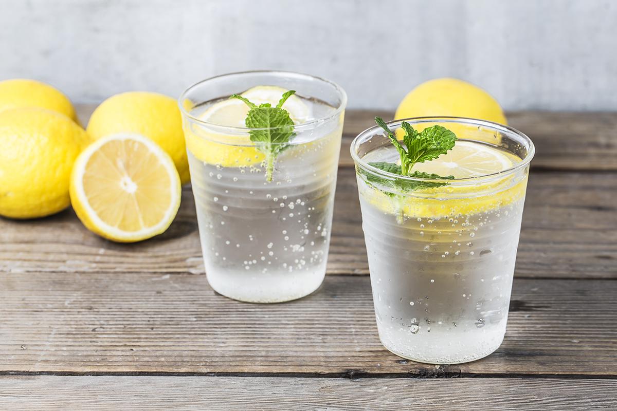 Ujë me limon – trajtimi natyral kundër urthit dhe refluksit të stomakut