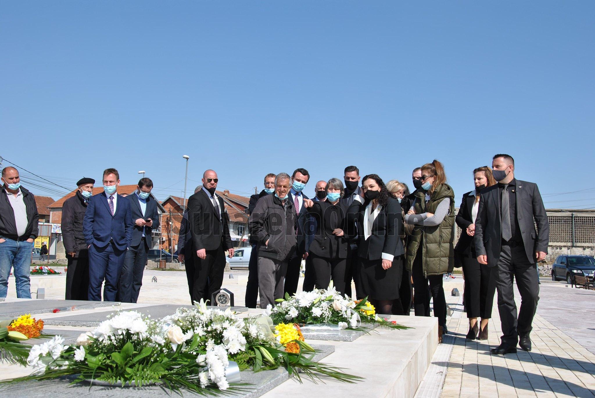 Kurti e Osmani bëjnë homazhe në Suharekë në 22 vjetorin e masakrës së familjes Berisha