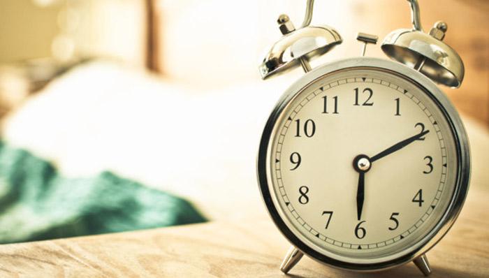 Zgjimi herët në mëngjes – Si ndikon për shëndetin e trurit