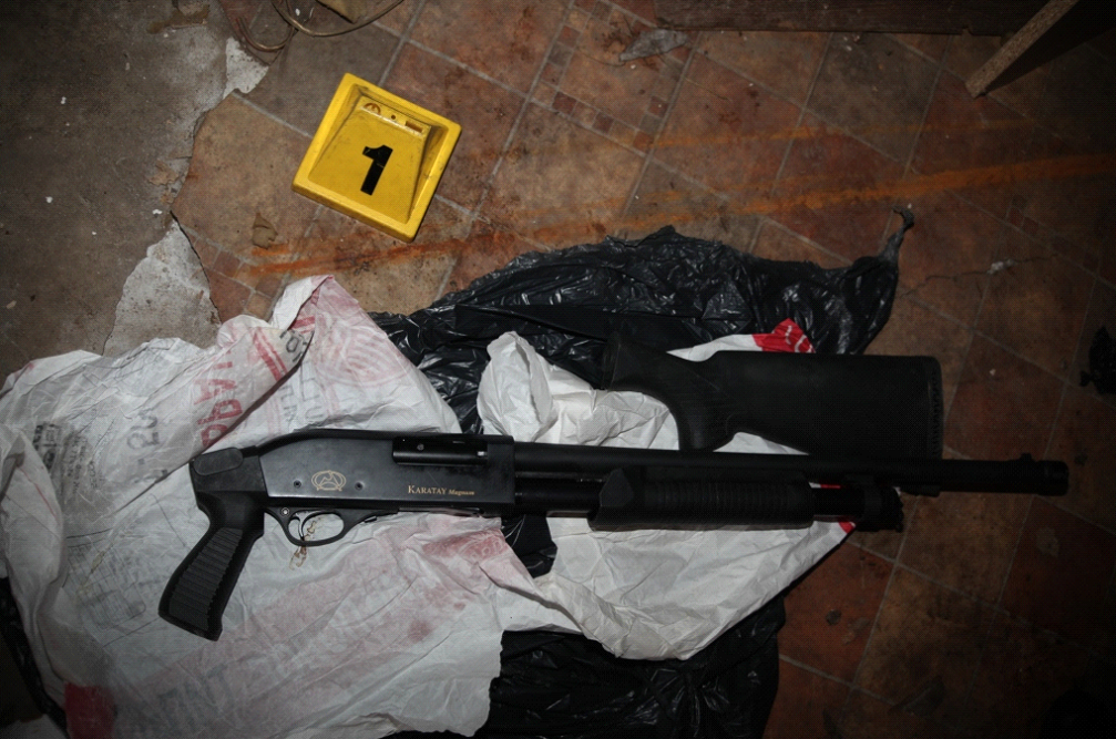 Policia arreston 25 persona, konfiskohen armë, vetura dhe para