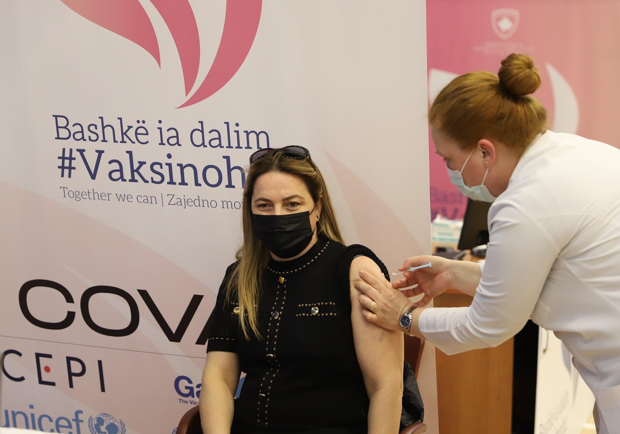 Deri tani janë vaksinuar kundër COVID-19 mbi 2 mijë e 500 punonjës të institucioneve shëndetësore