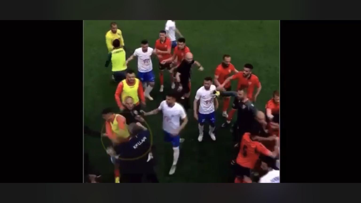 Ballkani publikon pamje ku shihet trajneri i Llapit duke e goditur lojtarin suharekas