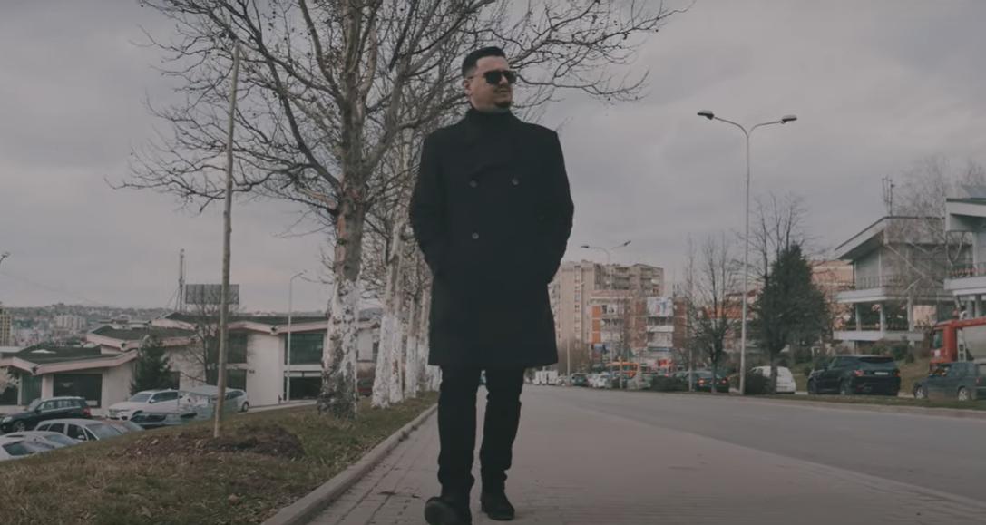 """Alban Mehmeti rikthehet me baladën """"Dua të t'harroj"""""""