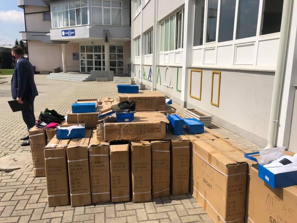 Shpërndahen 2.082 palë atlete për nxënësit e shkollave të mesme në Suharekë