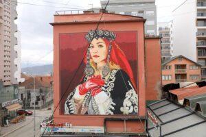 Rita Ora mahnitet me muralin e saj, i bërë në një ndërtesë të lartë në Ferizaj