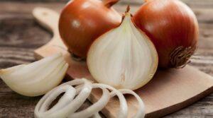 Jo vetëm për gatim – Zbuloni përdorimet e habitshme të qepës